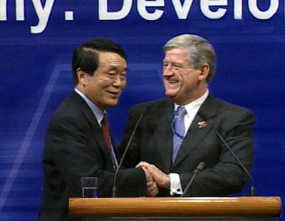 APEC2001年工商领导人峰会闭幕图片