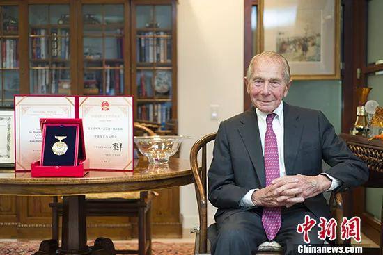当地时间1月15日,美国史带集团董事长莫里斯・格林伯格在他位于纽约曼哈顿的办公室接受中新社记者专访,身旁摆放着他荣获的中国改革友谊奖章。中新社记者 廖攀 摄
