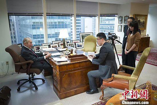 当地时间1月15日,美国史带集团董事长莫里斯・格林伯格在他位于纽约曼哈顿的办公室接受中新社记者专访。中新社记者 廖攀 摄