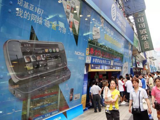 2009年,诺基亚N97手机的宣传招贴随处可见(图片来源:东方IC)