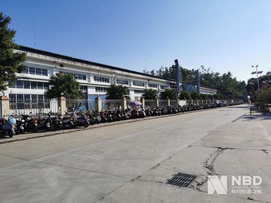 门口停着一长排电动自行车,知情人称大部分  属于高峰厂的员工 图片来源:每经记者 欧阳凯 摄