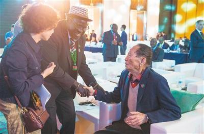 首届中非农业合作论坛上,一位非洲代表与中国工程院院士袁隆平交流。 记者 宋国强 摄