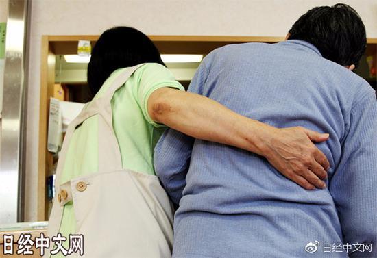 看护设施里的护士(左)和痴呆症患者(资料图)