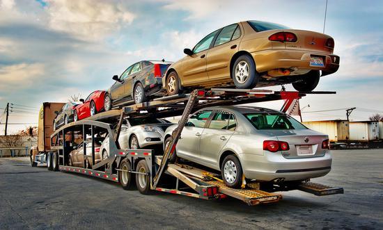 图片为汽车运输车,与特斯拉无关