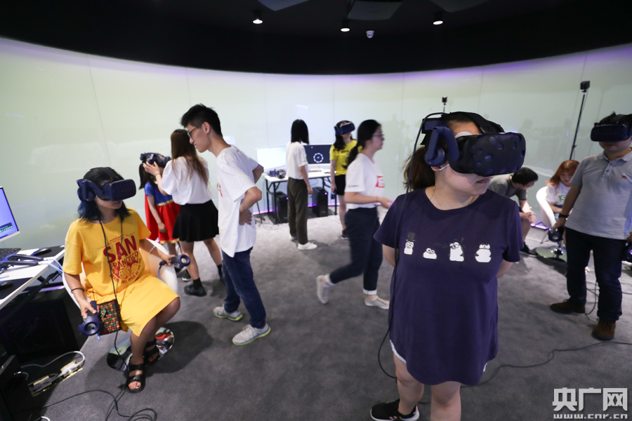 上海国际电影节 市民体验VR沉浸式观影