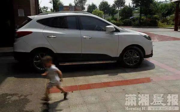 1岁娃被锁车内,母亲做法让人无语