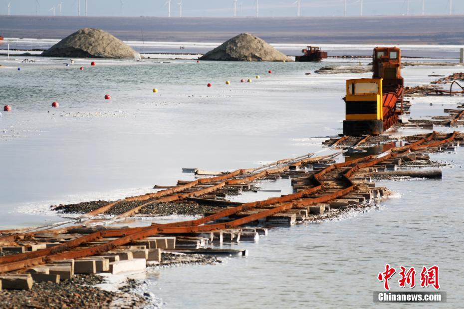 图为茶卡盐湖采盐船。祁妙 摄