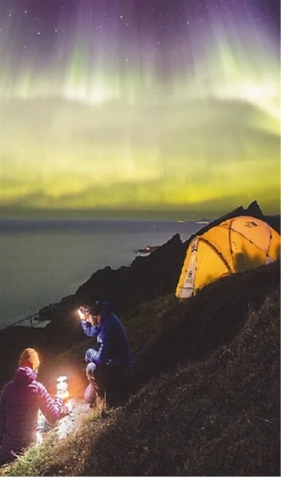 极光降临挪威罗弗敦群岛雷讷村。  阿莱克斯·克努摄(挪威旅游局供图)