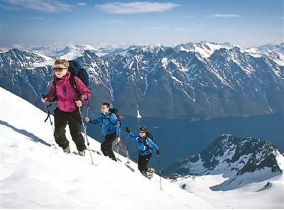登山爱好者登顶挪威约伦峡湾。  霍瓦德·米克莱布斯特摄(挪威旅游局供图)