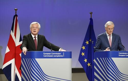 """2018年3月19日,在比利时布鲁塞尔欧盟总部,英国""""脱欧""""事务大臣戴维斯(左)与欧盟首席""""脱欧""""谈判代表巴尼耶出席新闻发布会。 新华社记者叶平凡摄"""