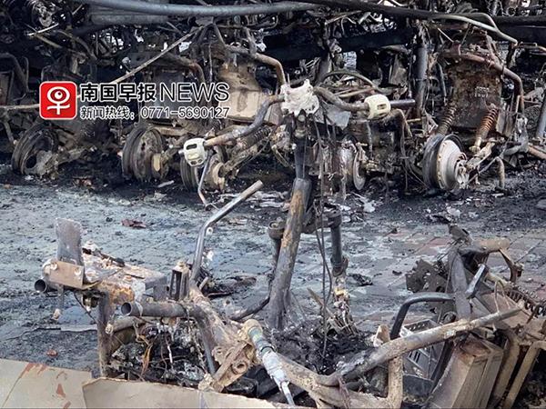 南宁一小区停车场凌晨发生火灾,三百辆电动车