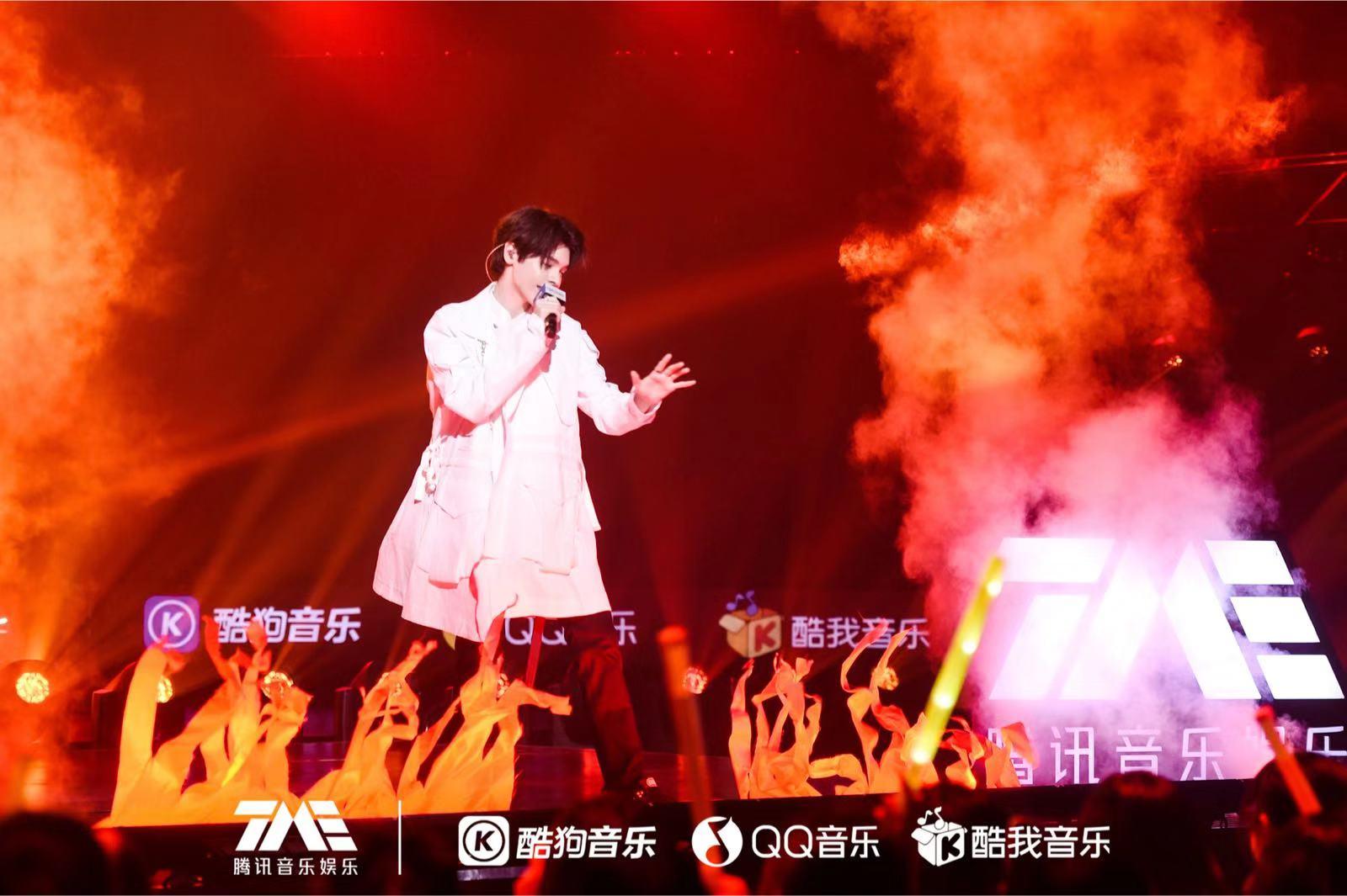 """【周公解梦梦见打死蛇】歌手""""小K""""在京庆祝19岁生日,喊话华晨宇求合"""