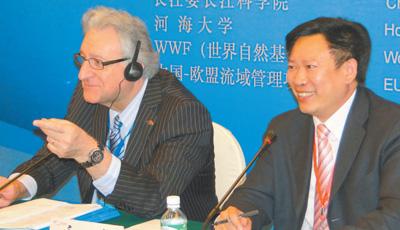 图为让—弗朗索瓦·唐泽尔(左)参加第四届长江国际论坛。</p><p>资料图片
