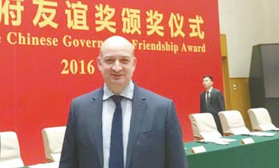 图为大卫·安德鲁·菲尼克斯获得2016年中国政府友谊奖时留影。</p><p>资料图片
