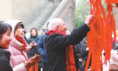 图为2019年2月,阿齐兹·梅库阿尔在西安博物院参观时体验中国年俗文化。 西安博物院供图
