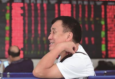 9月21日,股民在安徽阜阳市一家证券营业厅关注股市行情