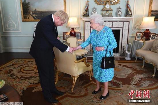 资料图:英国女王会见英国首相鲍里斯·约翰逊。