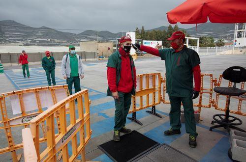 4月11日,在西班牙南部城市莫特里尔的一家农业合作社,工作人员在接受体温检测。-新华社