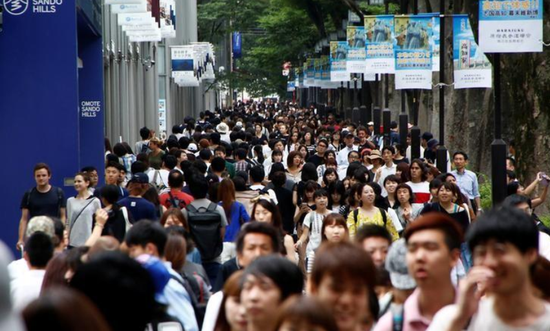资料图片:2017年8月,日本东京一处热闹的购物街区。