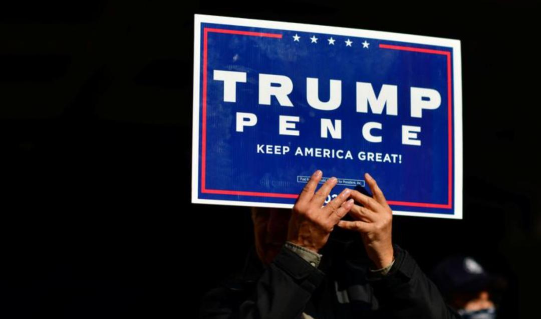当地时间6日,一名特朗普支持者在费城手举支持标语(图源:外媒)