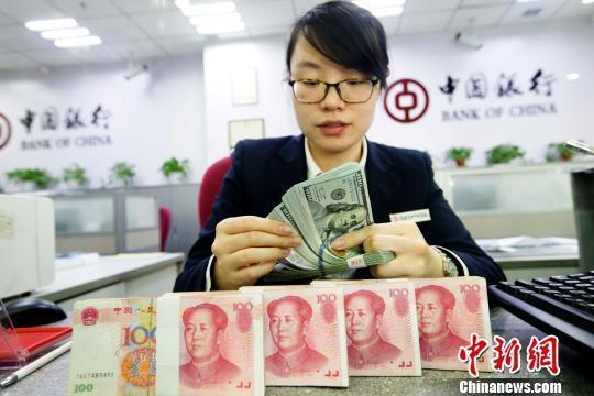 银行工作人员正在清点货币。 张云 摄