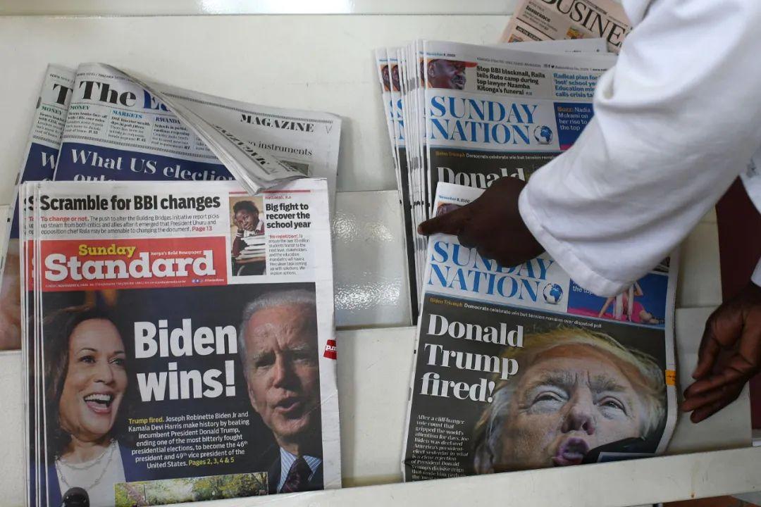 """左边报纸""""拜登获胜!"""",右边报纸""""特朗普被解雇!"""" 图片来源:视觉中国"""