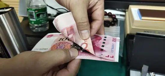 夹藏在两张人民币中的摄像头