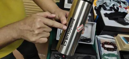 保温杯的针孔摄像头隐藏在商品标签字体中