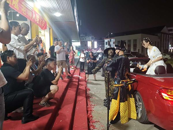 在江北下朱拍摄短视频的年轻人 澎湃新闻记者 吴雨欣 图