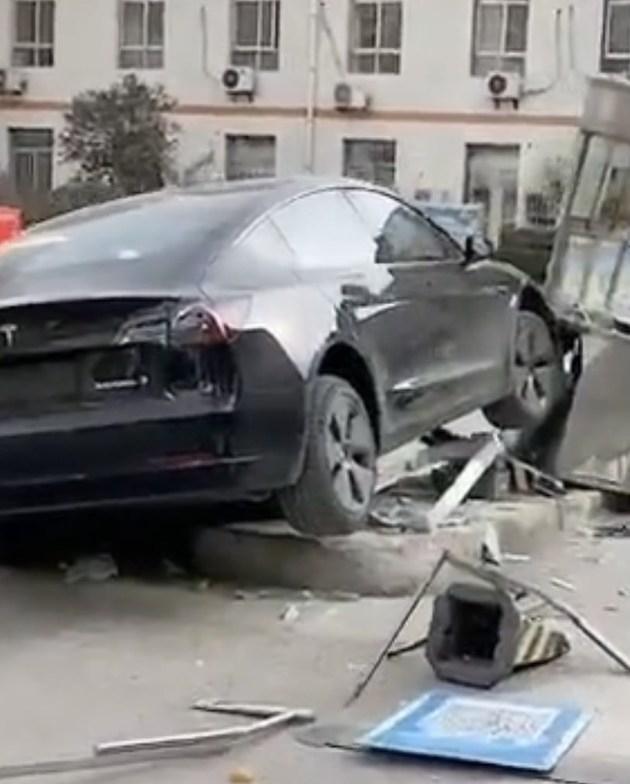 网传一特斯拉Model 3撞毁医院岗亭 据称有一人被撞