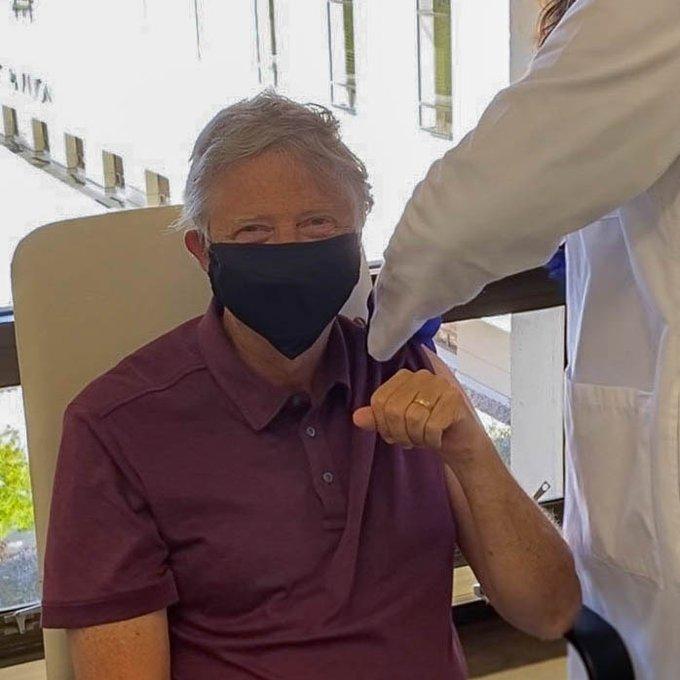 65岁比尔·盖茨公开接种新冠疫苗 笑称感觉很好