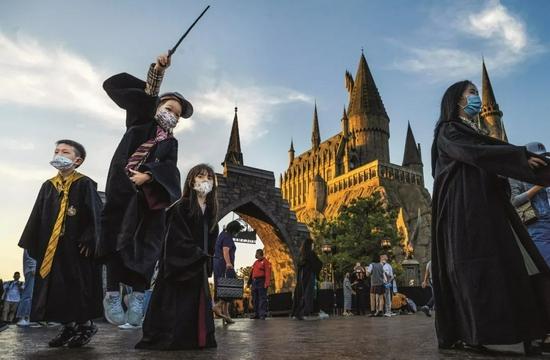 游客在北京环球影城哈利·波特魔法世界主题景区。图/视觉中国