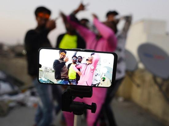 今年2月,印度几名年轻人在用TikTok拍摄短视频