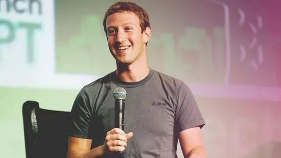 扎克伯格被媒体报道每天都穿同一件灰色圆领T恤。