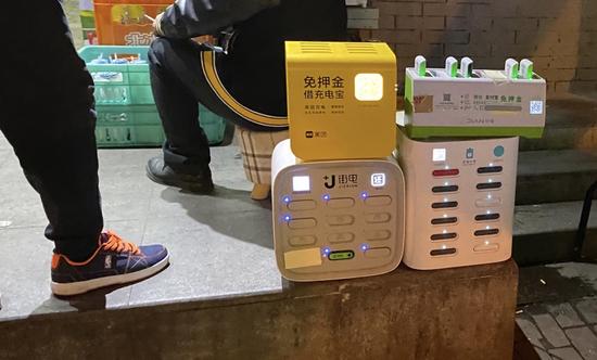 图/北京后海一处店铺,门前摆满了共享充电宝柜机 (摄/马微冰)