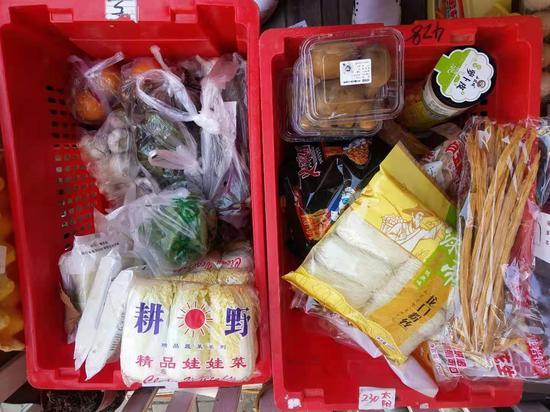 社区团购团长分拣好商品,等待客户来取货。