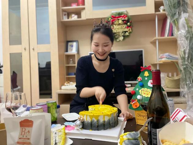 作者在新租的房子里过生日。本文图片均由作者提供。
