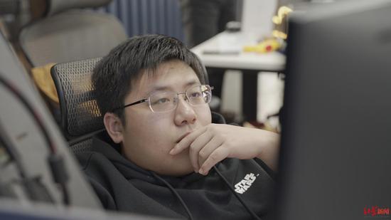 """网吧自学代码获百万科技奖小伙:""""我不是一个"""