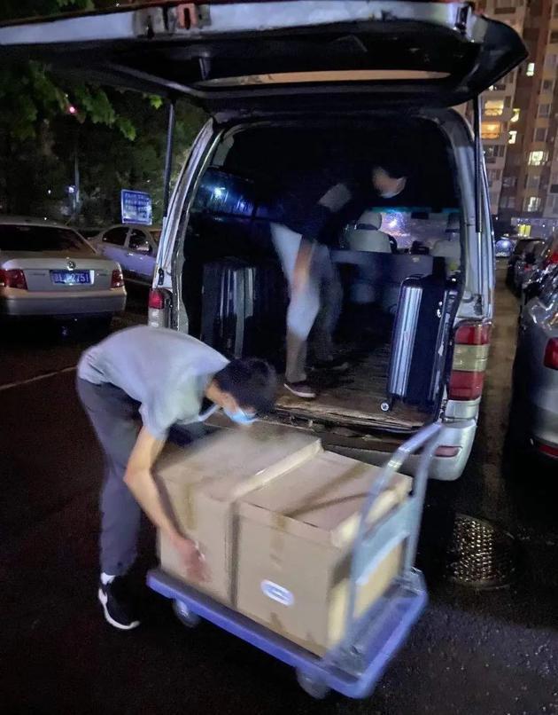 作者同事帮忙搬家。