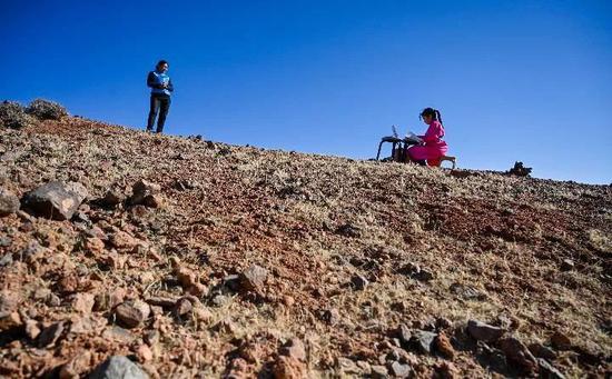 內蒙古阿拉善左旗戈壁深處的網課(新華社記者 連振 攝)