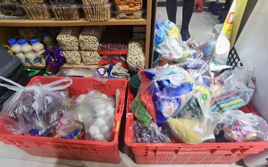 一位兼职社区团购的团长把自己的小超市当做用户的提货点。